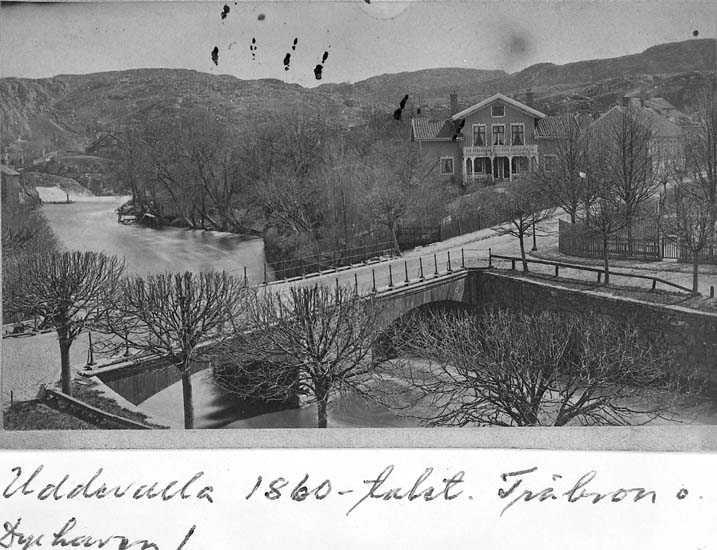 "Text på kortet: ""Uddevalla 1860-talet. Träbron o. Dyrhaven!"".    ::"