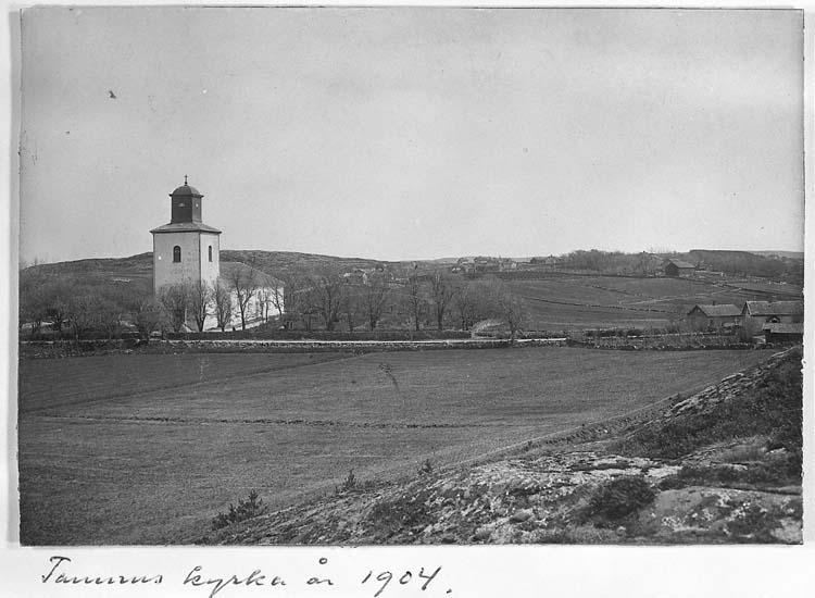 """Text på kortet: """"Tanums kyrka år 1904""""."""