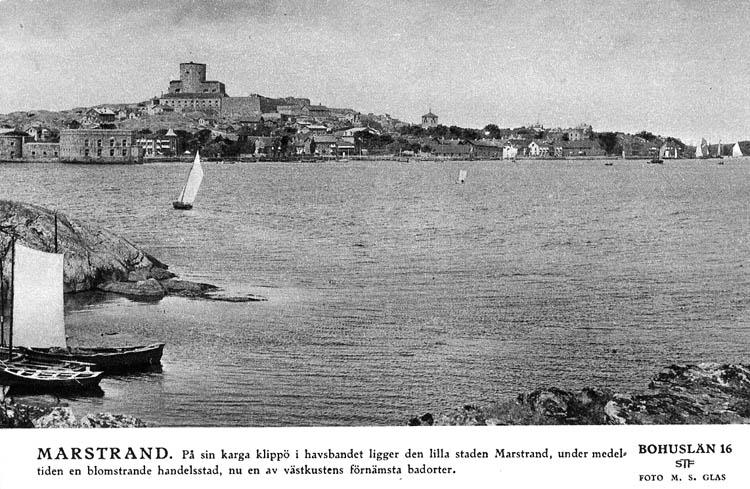 Sverigebilder Svenska Turistföreningen. Bohuslän 16. Foto: M. S. Glas. Marstrand. På sin karga klippö i havsbandet ligger den lilla staden Marstrand, under medeltiden en blomstrande handelsstad, nu en av västkustens förnämsta badorter.