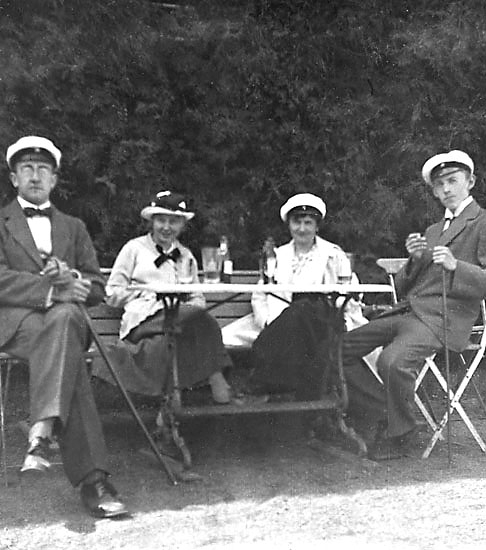 """Enligt noteringar: """"Kand. Torsten Rydell, kand. Arne Annell, Elsa Hauge och ego på """"Alphyddan"""", Jönköping 1918."""""""