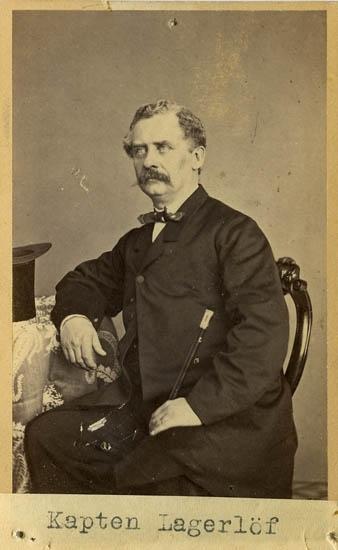 """Text på kortets baksida: """"Kapten Ernst Henrik Lagerlöf, f. 1819. Vid Bohusläns regemente under Öfverste Nauekhoffs tid""""."""