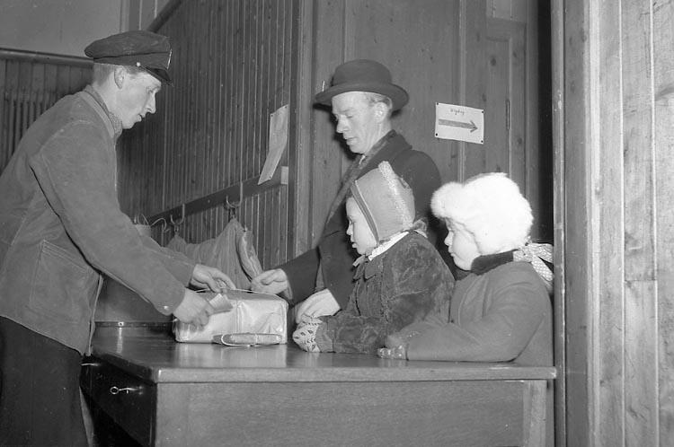 """Enligt notering: """"Julbrådska på Posten 23/12 1947""""."""