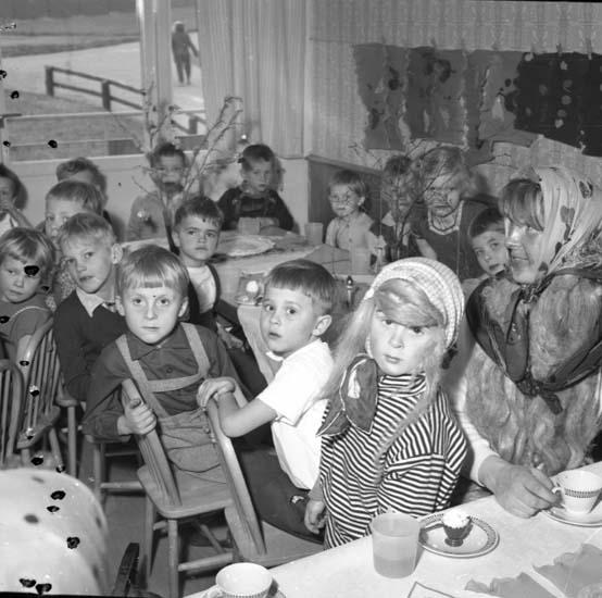 "Enligt notering: ""Påskfest Lekskola d 25/3 -59""."