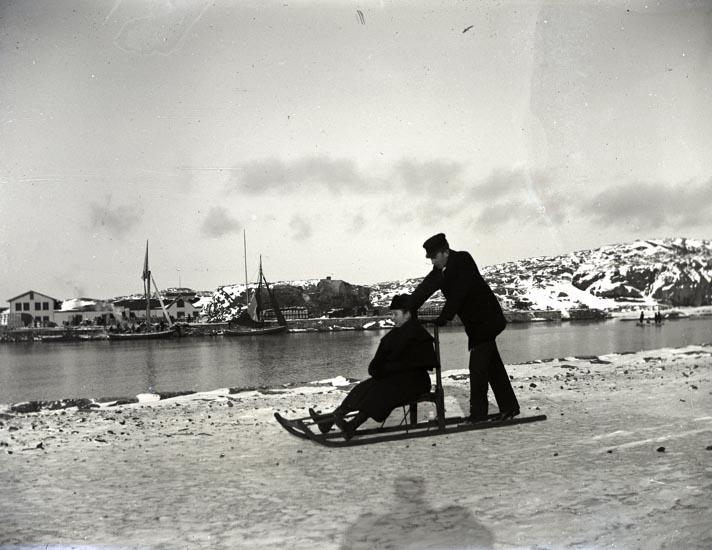 Carl-Gustaf o. Wendela på sparkstötting, Februari 1895. ::