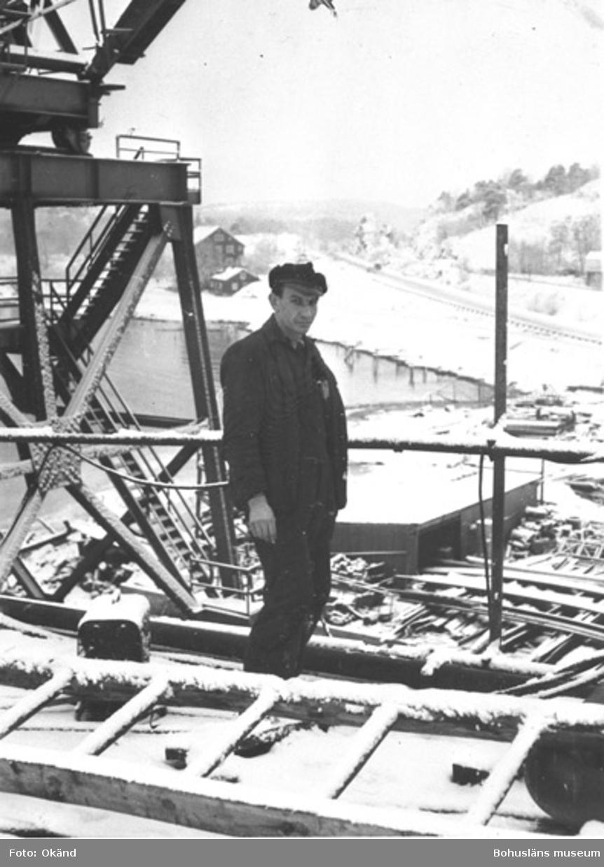 """Text till bilden: """"Franz Schwaia vid bygget av en gångbro på pooldäcket, ca 1955""""."""