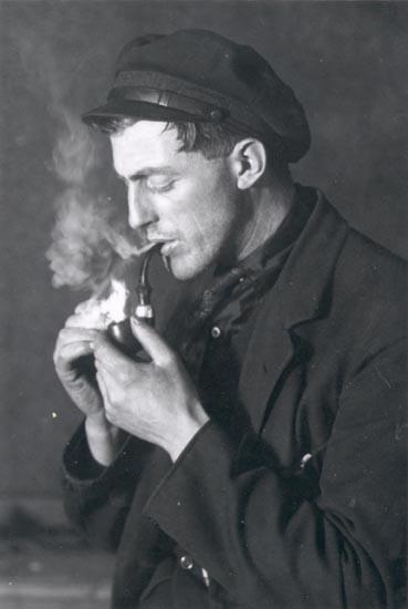 """Noterat på kortet: """"SMÖGEN"""". """"D. SAMUELSONS BROR, FISKAREN FILIPS"""". """"FOTO (B62a) DAN SAMUELSON 1924. KÖPT AV DENS. DEC. 1958""""."""