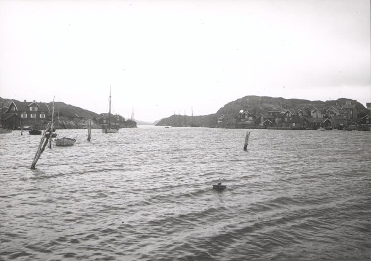 """Noterat på kortet: """"KYRKESUND"""". """"UTS. NORRUT FR. HERRÖN GENOM KYRKESUND"""". """"FOTO (D45) DAN SAMUELSON 1924. KÖPT AV DENS. DEC.58""""."""