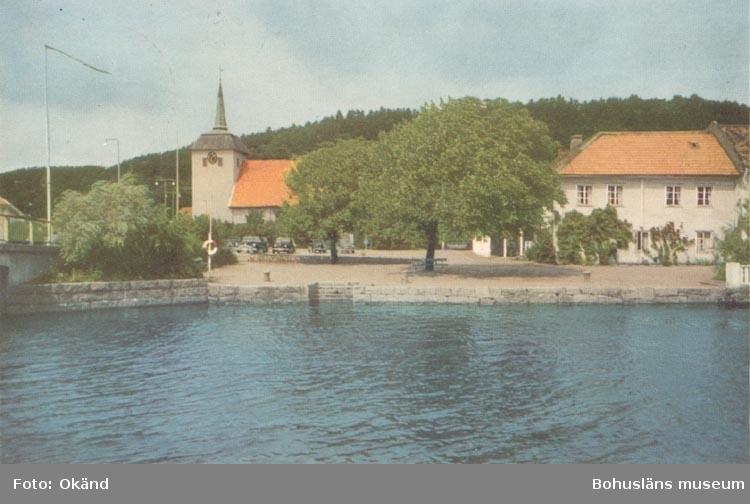 """Tryckt text på kortet: """"Kungälv. Kyrkan och Torget"""". """"Förlag: Kungälv Bokhandel""""."""