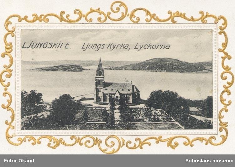 """Tryckt text på kortet: """"LJUNGSKILE. Ljungs kyrka Lyckorna"""". """"Förlag: Ljungskile Bok & Pappershandel""""."""