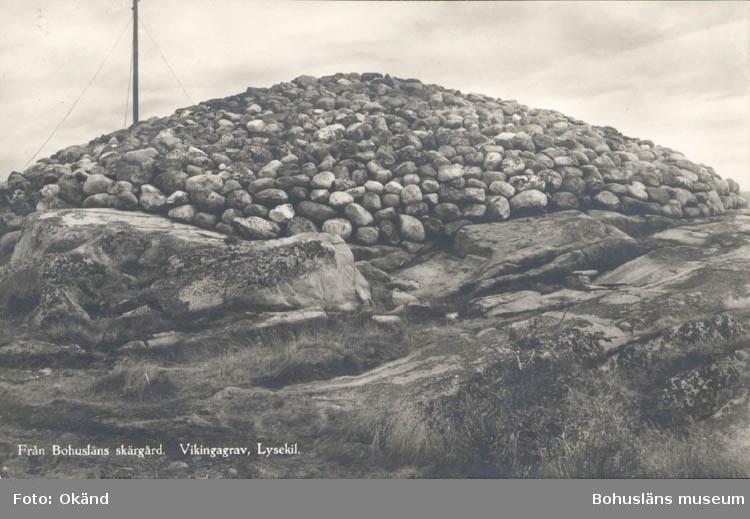 """Tryckt text på kortet: """"Från Bohusläns skärgård. Vikingagrav, Lysekil."""" """"Förlag Nordisk Konst Stockholm."""""""