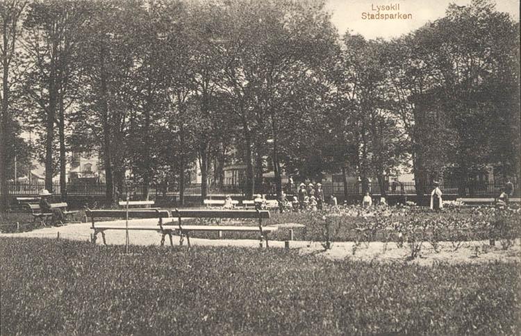 """Tryckt text på kortet: """"Lysekil. Stadsparken."""" """"Förlag: A. Hörnfelts Cigarraffär."""""""