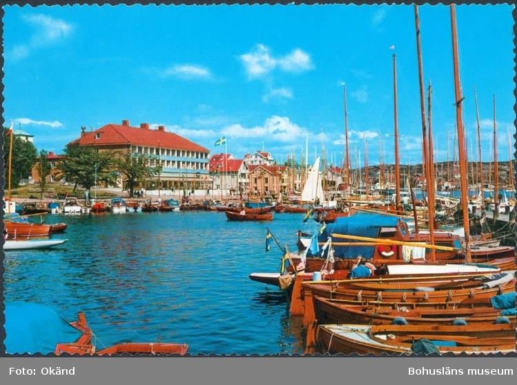 """Tryckt text på kortet: """"Marstrand. Regattadag."""" """"Förlag & Ensamrätt: AB H. Lindenhag, Göteborg."""""""