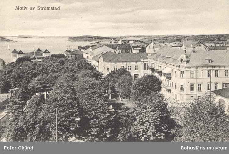 """Tryckt text på kortet: """"Motiv av Strömstad.""""  """"Förlag: Larssons Bokhandel, Strömstad."""""""