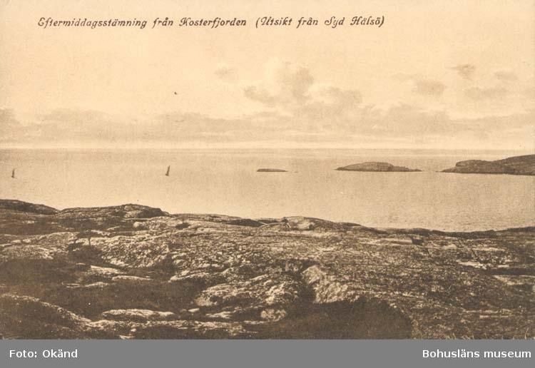 """Tryckt text på kortet: """"Eftermiddagsstämmning från Kosterfjorden (Utsikt från Syd Hälsö)."""" """"Förlag: Larssons Bok, Musik & Pappershandel, Strömstad."""""""