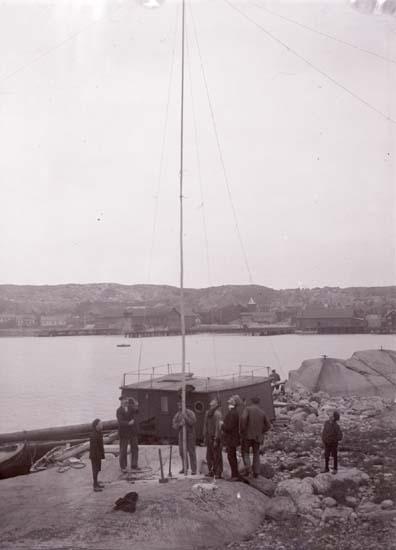 """Enligt text som medföljde bilden: """"Lysekil, Båtkranen upsättes Okt. 08"""" ::"""
