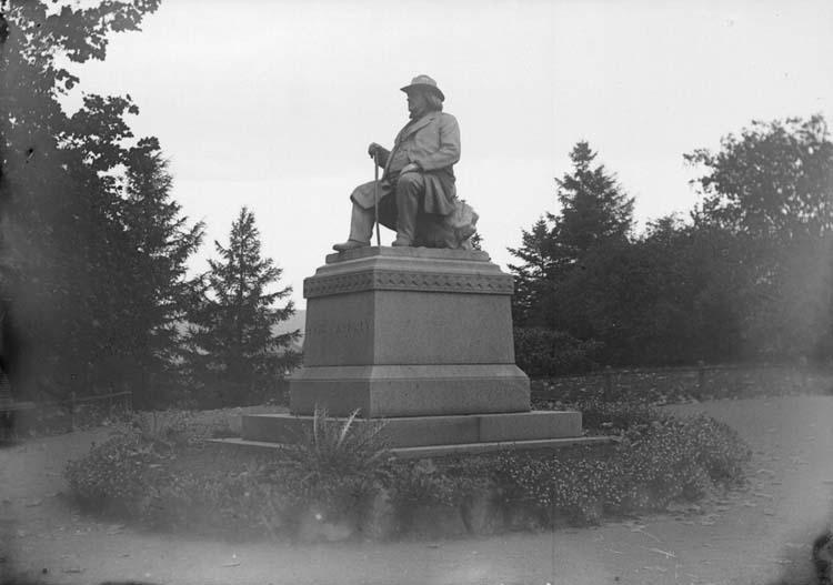 """Enligt text som medföljde bilden: """"Peter C. Asbjörnsens Staty 26/9-5/10 04. Christiania."""" (Oslo)."""