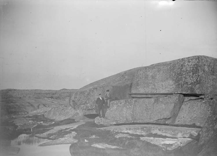 """Enligt text som medföljde bilden: """"Lysekil. Stångehufud Erik och Kalle vid Valhall""""."""
