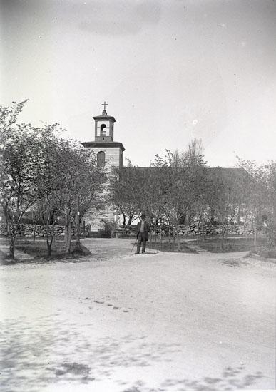 """Enligt text som medföljde bilden: """"Gamla kyrkan. Höijer."""" ::"""