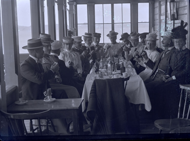 """Enligt text som medföljde bilden: """"Grupp på restaurantverandan."""" ::"""