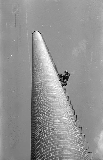 """Enligt fotografens notering: """"Skanskabyggare i Lysekil 1966""""."""
