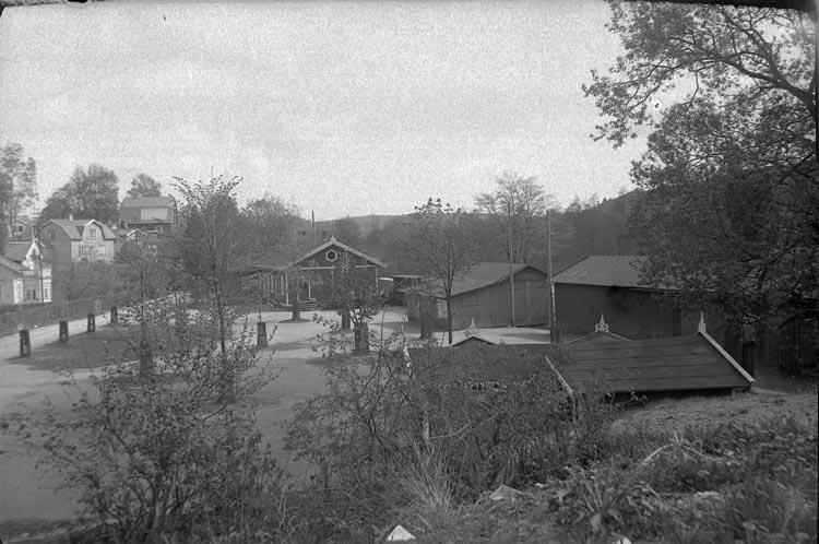 """Enligt fotografens noteringar: """"1930 Taget vid Lilla Järnvägsstationen."""""""