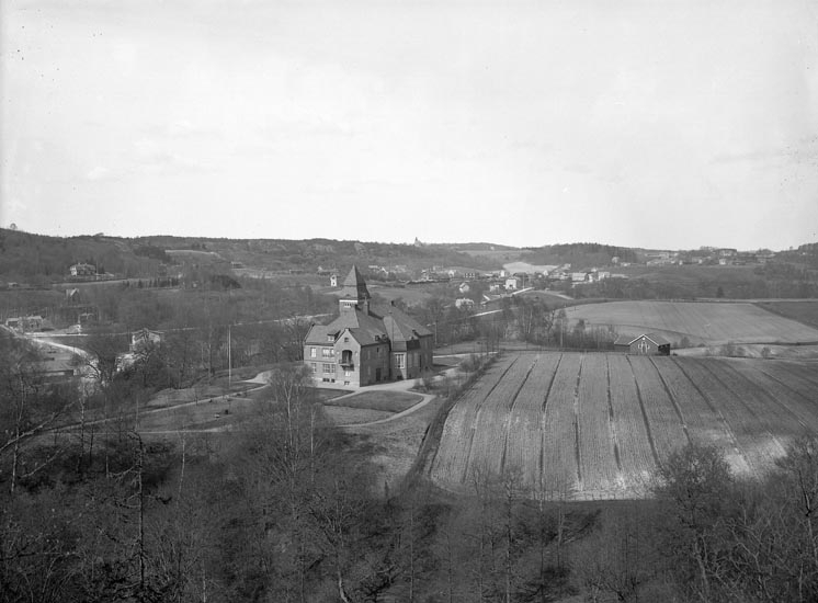 """Enligt fotografens noteringar: """"Nya Tingshuset med omnejd omkring 1920. Kvistrum i bakgrunden."""""""