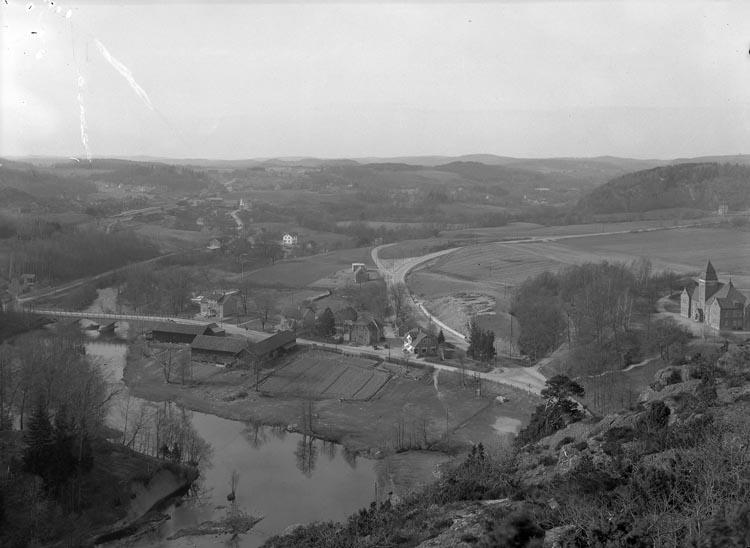"""Text som medföljde bilden: """"1938. 7. Tingshuset från Kvistrum.""""   Uppgifter från Munkedals HBF: """"Fotografen har stått på Kvistrumsberget""""."""