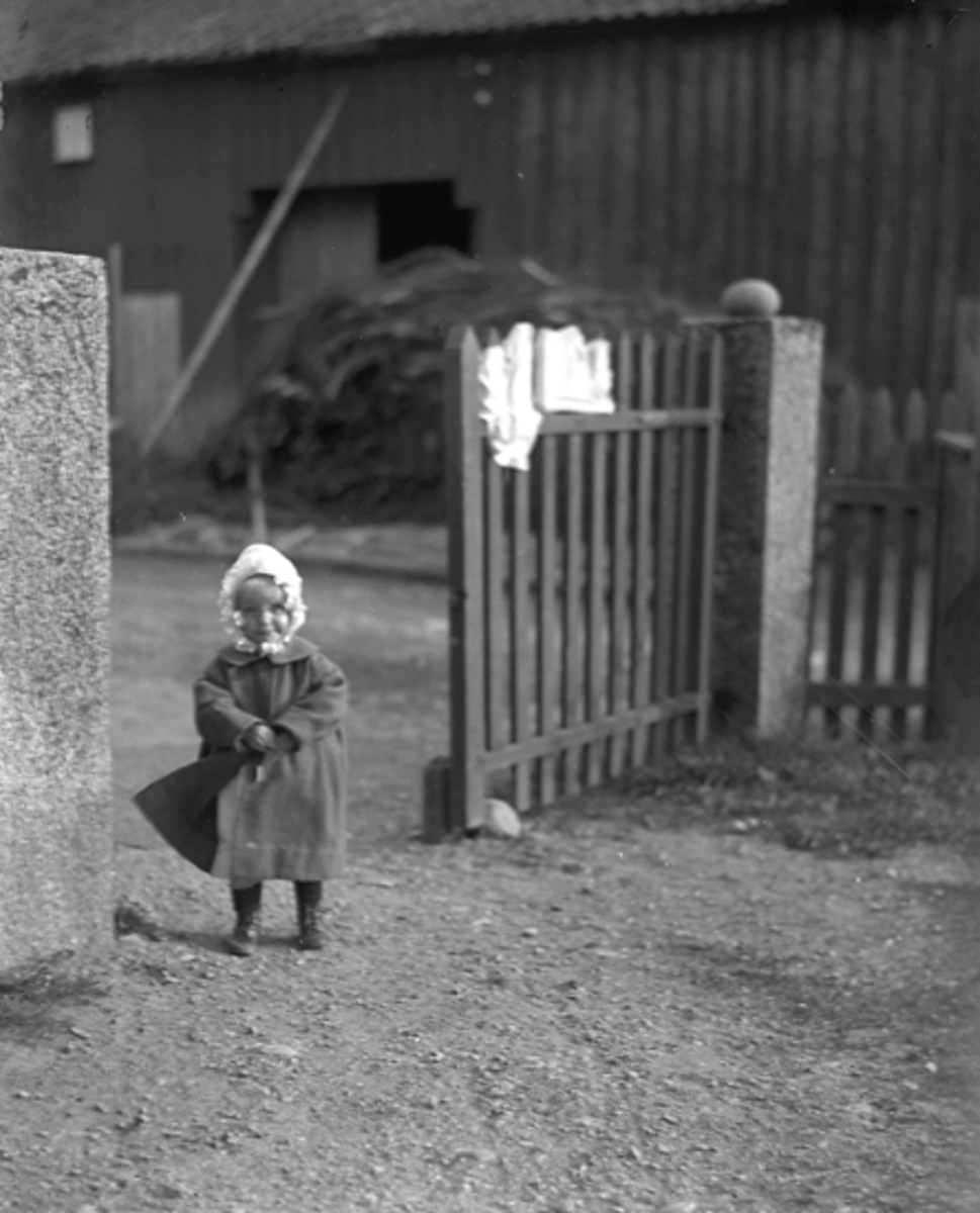 """""""Barnbild i det fri Esperöd, 4/6 1922""""."""
