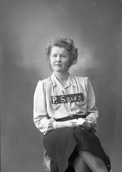 """Enligt fotografens journal nr 7 1944-1950: """"Olsson, Fru Greta Ödsmål""""."""