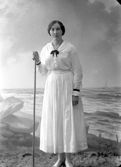 """Enligt fotografens journal nr 3 1916-1917: """"Lindqvist, Emelie Byn, Ödsmål""""."""