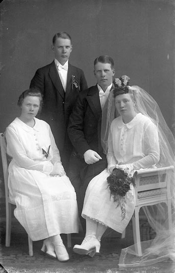 """Enligt fotografens journal nr 1 1904-1908: """"Thorell Klockare""""."""