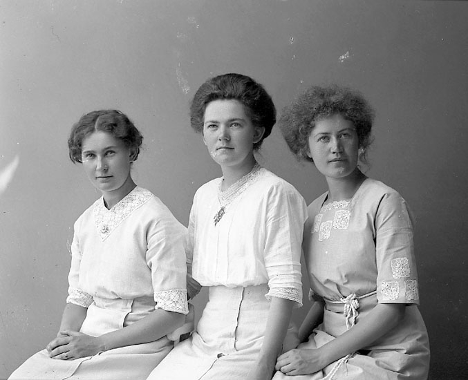 "Enligt fotografens journal nr 2 1909-1915: ""Hollander, Konstans Houg, Ödsmål""."