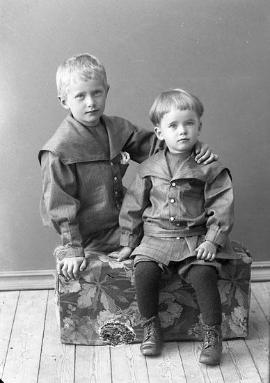 """Enligt fotografens journal nr 2 1909-1915: """"Folmer, Per o Bror Apoteket J-""""."""