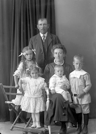 "Enligt fotografens journal nr 3 1916-1917: ""Pettersson, Oskar Långeland, Svanesund""."