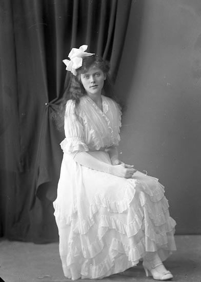 """Enligt fotografens journal nr 3 1916-1917: """"Månsson, Fr. Månsbo Ön""""."""