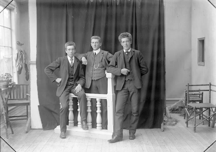 "Enligt fotografens journal nr 1 1904-1908: ""Alexandersson, Bernhard St s-d""."