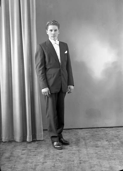 """Enligt fotografens journal nr 8 1951-1957: """"Samuelsson, Kjell Svanesund""""."""