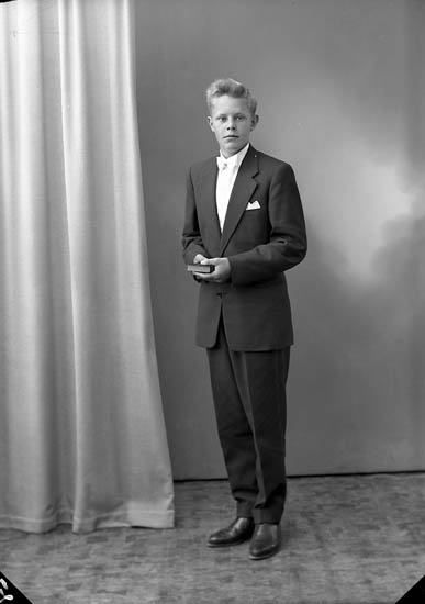 """Enligt fotografens journal nr 8 1951-1957: """"Odengard, Nils Olof Ödsmål""""."""