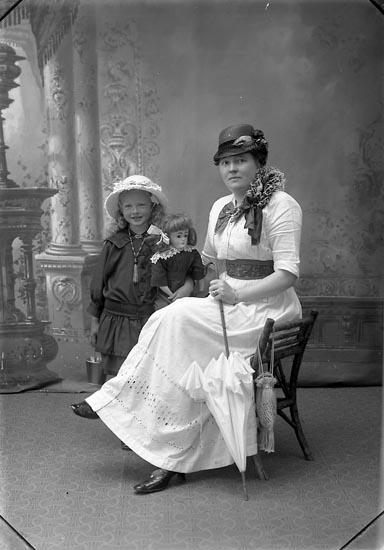 "Enligt fotografens journal Lyckorna 1909-1918: ""Andersson, Fru Hulda Bäckafors Ljungskile""."
