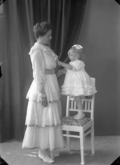 """Enligt fotografens journal nr 3 1916-1917: """"Kullgren, Stadsmäklare Ön""""."""