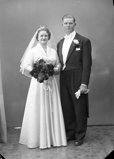 """Enligt fotografens journal nr 8 1951-1957: """"Olsson, Astor Ålebacken Spekeröd""""."""