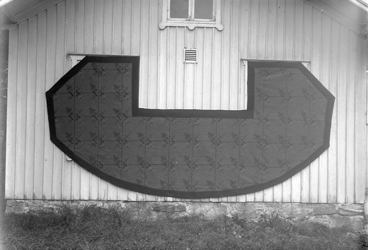 """Fotografens journal nr 6 1930-1943: """"Matta till Norums kyrka"""". Fotografens notering: """"Sydd av Norums syförening""""."""