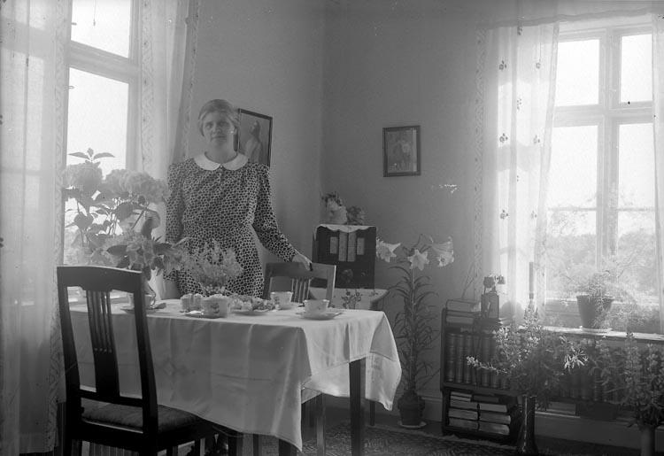 """Enligt fotografens journal nr 6 1930-1943: """"Zackrisson, Fr. Augusta St. Askerön""""."""
