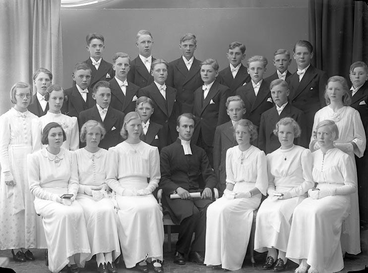 """Enligt fotografens journal nr 6 1930-1943: """"Läsbarnen Norum Pastor Rhedin""""."""