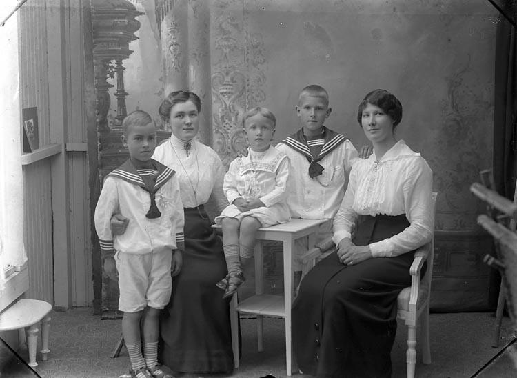 """Enligt fotografens journal Lyckorna 1909-1918: """"Andersson, Fr. Ellen Lyckorna""""."""