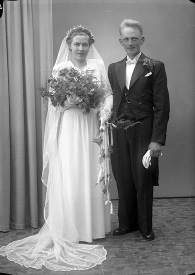"""Enligt fotografens journal nr 7 1944-1950: """"Olsson, Herr Karl Stenhålt, Romelanda""""."""