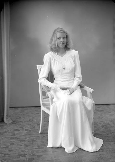 """Enligt fotografens journal nr 7 1944-1950: """"Hermansson, Elsie, Strandkärr Här""""."""