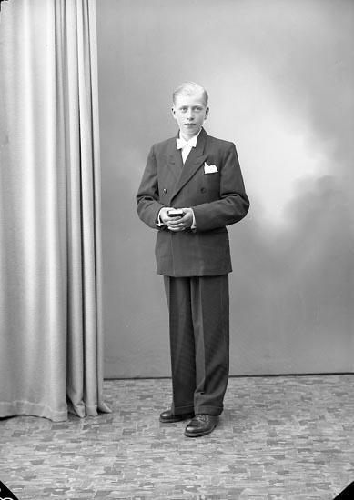 """Enligt fotografens journal nr 7 1944-1950: """"Bäckman, Sture Här""""."""