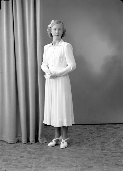 "Enligt fotografens journal nr 7 1944-1950: ""Berntsson, Gunnel Åh Ödsmål""."