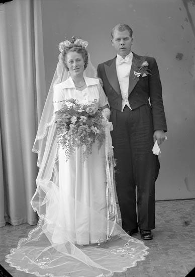 "Enligt fotografens journal nr 7 1944-1950: ""Hermansson, Herr Erik, Långelanda, Svanesund""."